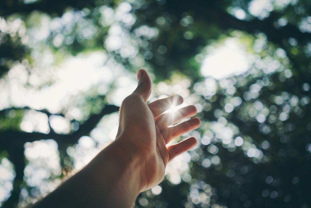 手を伸ばせば届く感覚:臨場感。欲しいとは考えるけれど、それが手に入る、と信じることができない。(エフィカシーが低い状態)臨場感、手が届く感覚をゴールに対して持つことが非常に重要なポイント。
