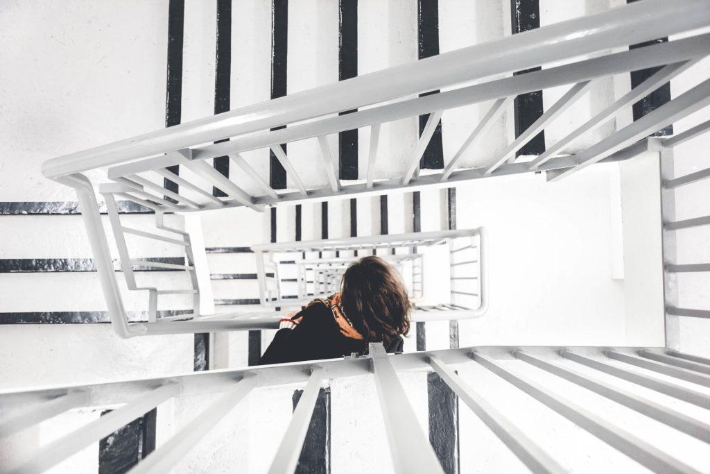 置かれた状況によって階段は上下する